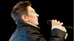 Kd singing with mic photo by Jeri Heiden